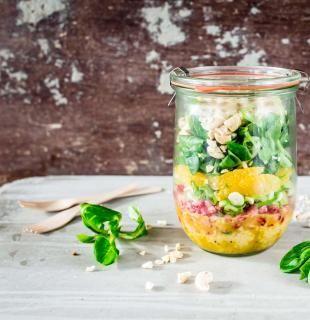 Wenn du mal wieder angeben willst, wenn Freunde zu Besuch kommen, empfehlen wir dir ein Mason Jar Couscous Salat zu machen. Im Glas zubereitet der volle Eyechatcher