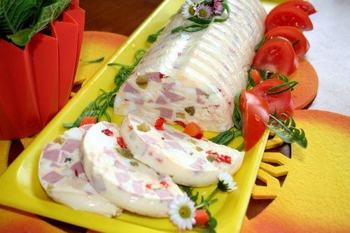 Rychlý recept na přípravu chutné tlačenky z vajec a sýra.