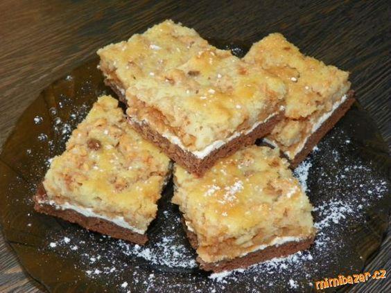 Vláčný vrstvený jablkový koláč s tvarohem Tmavé spodní těsto: 400g hladké mouky 150g tuku 100g moučk cukru 2 PL kakaa (vrchovaté) 1 sáček pr do peč 8 PL vody 1 vejce Tvarohová vrstva: 2 tvarohy 100ml mléka 2 PL cukru 1 vanil cukr Jablečná vrstva: 8-10 ks nastrouh jablek 2 PL cukru 1 skořicový cukr rozinky Vrchní světlé těsto: 200g polohrubé mouky 200g cukru krupice 1 sáčekprášku do pečiva 150ml vody 100ml oleje 2 vejce