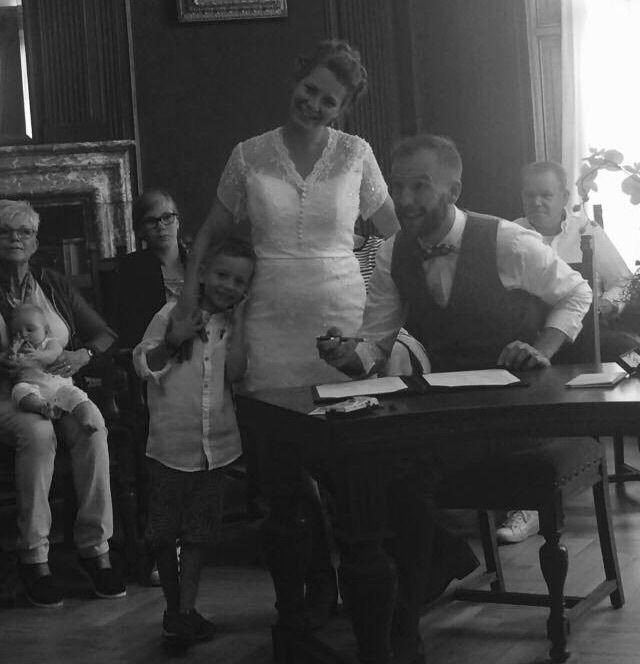 Wat een geweldige foto van #bruidje Annemarije en haar gezinnetje 😍 Leuk he zo'n korte #trouwjurk? #weirdcloset