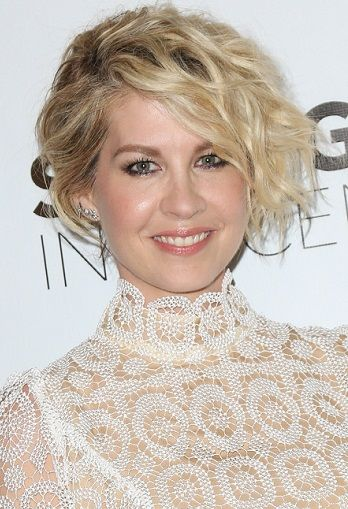 Jenna Elfman-Short Curly Haircuts Celebrity Style l www.sophisticatedallure.com