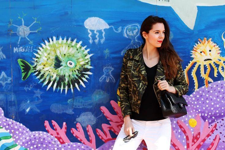 barcellona | spagna | murales | graffiti | giacca militare | militare | camouflage | giacca camouflage | spektre occhiali da sole | rossetto rosso | pantaloni bianchi (1)