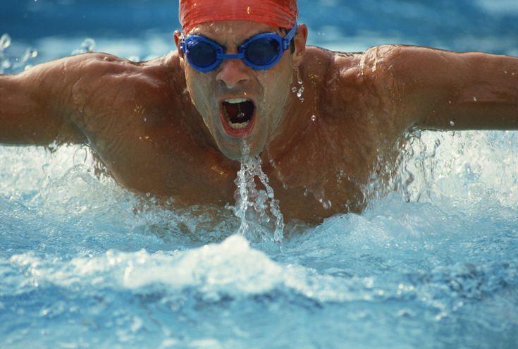 El waterpolo es un deporte acuático en equipo se lleva a cabo en una piscina, donde los equipos que compiten en natación, intentan lanzar una bola o balón flotante dentro de metas definidas en ambos lados del área de juego.