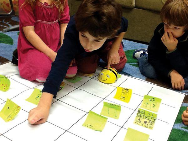 Los niños de preprimaria usan Bee-Motores de búsqueda para explorar las habilidades de codificación y de asignación en la Escuela de Cook Fotos cortesía de Catalina Cook School