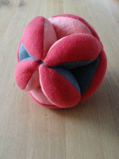 Amishbal voor hersenwerk      De amishbal is een bal van fleece die bestaat uit 12 gelijke delen opgevuld met fiberfill.De uiteinden worden aan elkaar genaaid en hierdoor ontstaan