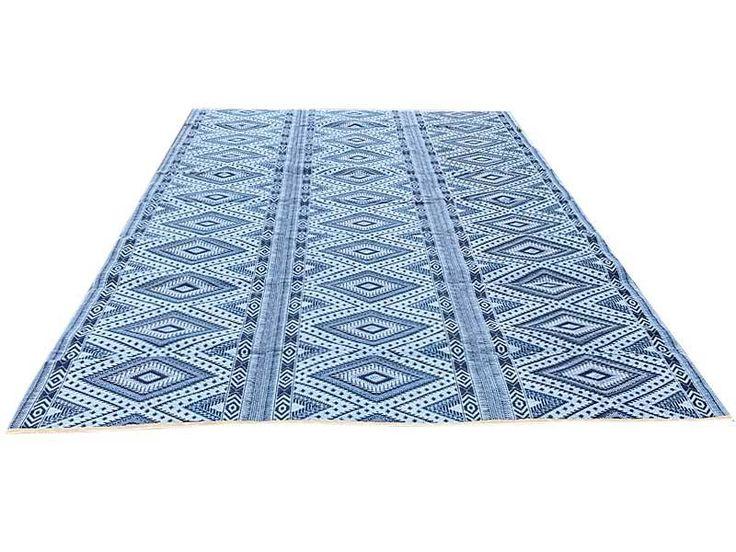 Blauw plastic vloerkleed in extra grote maat in grafische patronen volledig opvouwbaar en decoratief voor in de tuin of mee naar de camping te nemen.