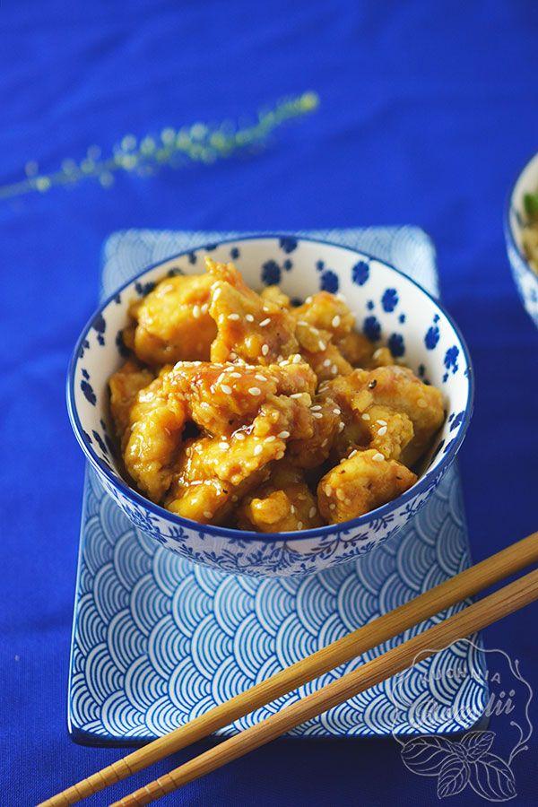 Kurczak w sosie pomarańczowym z sezamem to danie dla tych, którzy lubią niebanalne smaki oraz połączenie mięsa z owocami.