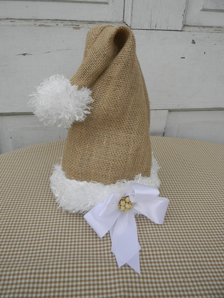 burlap Santa hat - Vanessa?   Etsy. Con fieltro o tela y estambre, se pueden hacer.