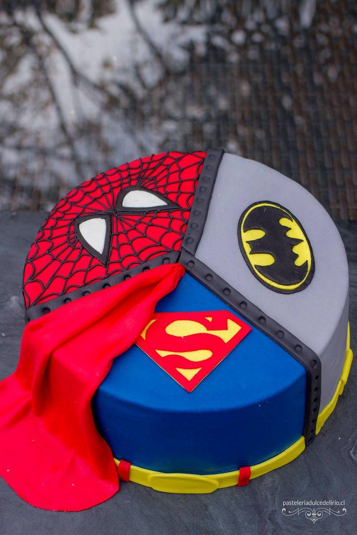 Torta de Superman, Batman y Spiderman. Para qué tener una torta con un superhéroe si pueden estar los tres? http://pasteleriadulcedelirio.cl/tortas-decoradas/