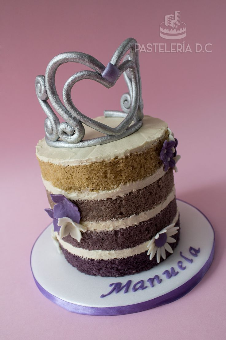 Naked cake con masa de vainilla en degradé morado y topper de tiara para una fiesta con temática de La Princesa Sofía / Purple ombre naked cake with Tiara topper for a Sofia The First themed party.