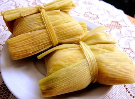 Humitas ...(Chilean food, is prepared by grinding fresh corn kernels or corn with chopped onion and basil to the dough. The dough is wrapped in tender leaves of corn (cob) and cooked in salted water. By leveraging may or may not take sugar)