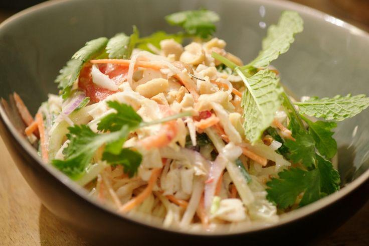 In deze salade zitten vooral heel veel groenten. Er gaat een heerlijke dressing over op basis van kokos en pinda.