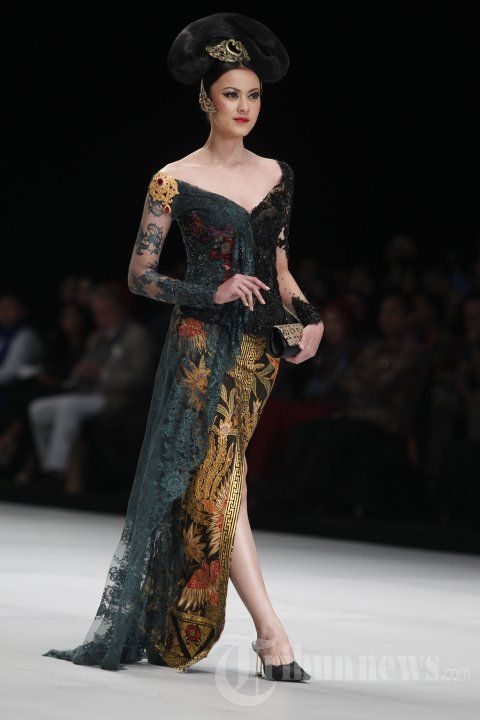 Model memperagakan busana rancangan Anne Avantie bertema Legong Srimpi pada Indonesia Fashion Week 2014 di Jakarta Convention Center (JCC),… #1036352