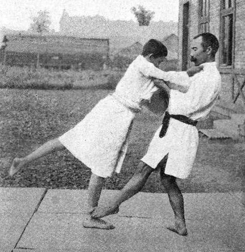 """A japán mester németül írta meg rövid itt tartózkodása alatt, """"Djudo - A japán dzsiu-dzsicu tökéletesített módszere"""" címen megjelent k..."""