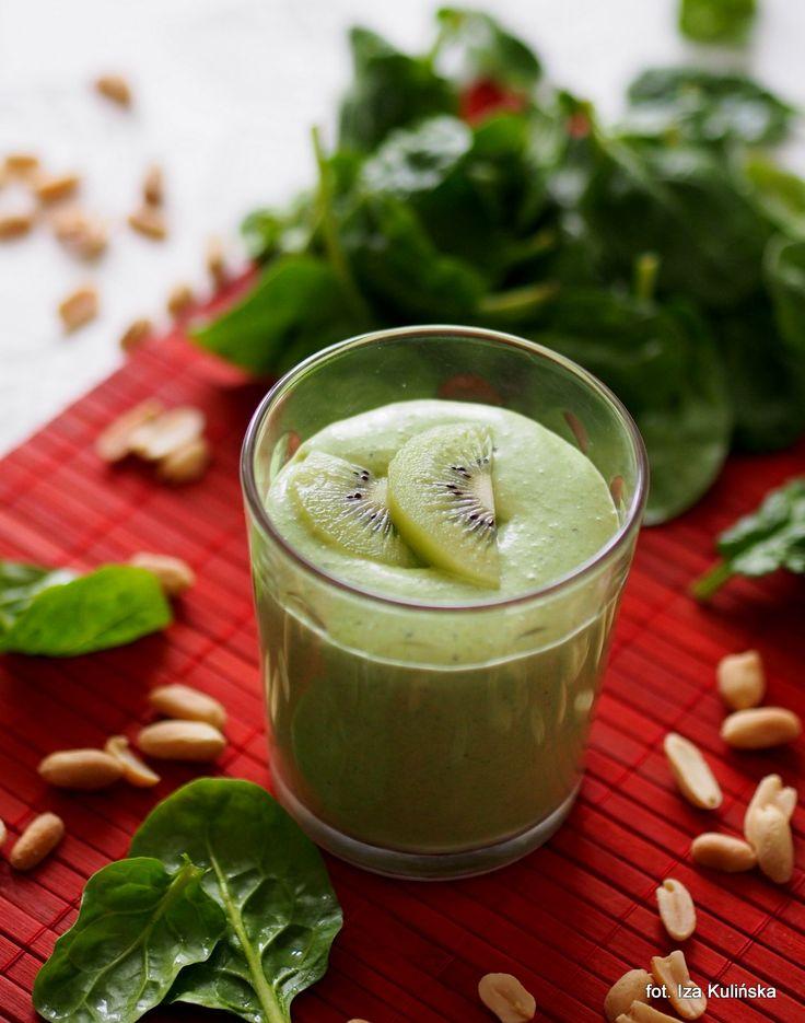 Smaczna Pyza: Koktajl kokosowy ze szpinakiem, kiwi i orzeszkami