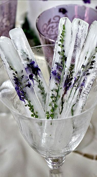 Tall Stick Ice Cubes with Embedded Flowers - what a lovely way to chill a drink!//
