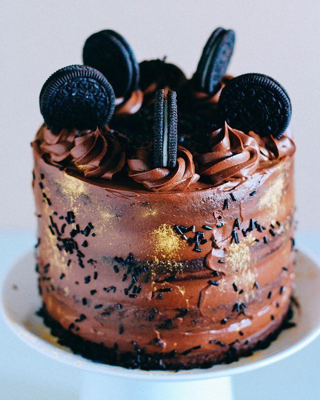 А вот я и выкроила время, чтобы показать вам тортик для моего любимого @nvvladimirov! Дорогой, сегодня твой день рождения, и я говорю спасибо за то, что ты такой есть! Хочу чтобы тебя одолевало вдохновение, сил тебе, а я буду дарить тебе свою безграничную любовь! С Днём рождения, я тебя очень люблю! А этот тотально-шоколадный торт, пропитанный сиропом с нотками корицы, с сырным кремом, на основе шоколадного ганаша, мы только что на половину уничтожили!!) ☺️🎉 #торт #вкусно #еда #орео…