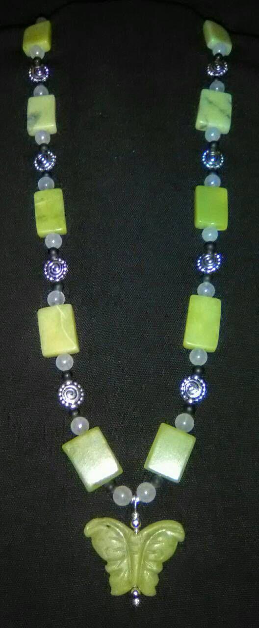 Ce collier est fait de perles en onyx, jade et noir vert jade, blanc neuf. Le pendentif papillon est également fait de nouvelle jade. Il est agrémenté de perles en argent.  Le collier est 23 avec pendentif.  Expédition est de 5 $ et comprend l'assurance