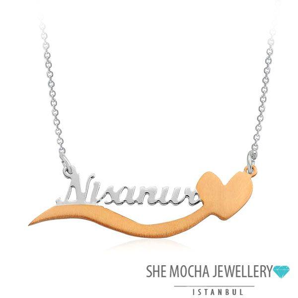 Sadece sevdiklerinize özel olarak el işçiliğiyle tasarlanan, Kişiye Özel Kalpli İsimli Gümüş Kolye ile unutulmaz jestler yapabilir, sevdiklerinizin yüzünde kocaman bir gülümseme bırakabilirsiniz. Gümüş Kolye Özellikleri Maden : 925 Ayar Gümüş Taş Özellikleri : – Ağırlık : 4,50 gr. Zincir Uzunluğu : 40+5(uzatma) cm.