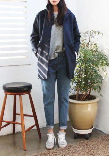 Горячим трендом этого года стали мом джинсы, которые оттеснили полюбившиеся всем бойфренды и скинии. «Мамины» джинсы вернулись к нам из 80-х и 90-х годов, когда активно пропагандировался феминизм, секс и рок-н-ролл, свобода отношений. А фасон mom джинсов отражает одновременно неухоженность домохозяек и свободу нравов.        Особенностью mom jeans является высокая талия, которая в принципе возвращается на своё место. Современным модницам такая посадка может показаться несколько скромной, но…