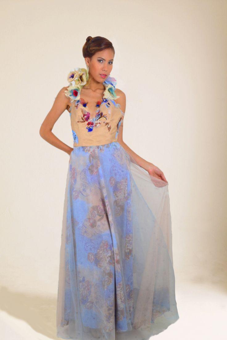 Vestido  Alta  costura  en  seda  estampada  y tul bordado a manocolecion  nativa vestio