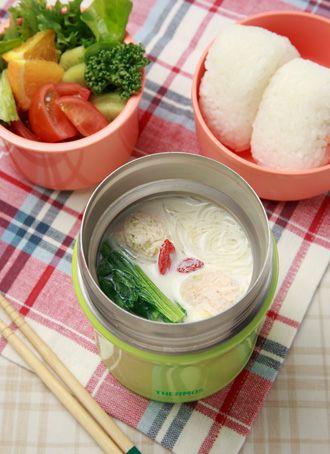 鶏団子と春雨の豆乳スープ 作り方 1 鶏ひき肉にしょうが、ネギのみじん切り、卵、塩を加えてよく練り合わせて小さめの団子を3個作る。 2 小松菜は3cmくらいのざく切りにする。茎が太い場合は5mm幅ほどにカットしておく。 3 スープジャーに、小松菜、春雨、鶏団子を入れ、沸とうしたお湯を注ぎ、フタをせずに、3分ほど予熱する。 4 そのあいだに、小鍋に豆乳、水、帆立だし(中華だしでも可)、酒、しょうゆを加えて、沸とうさせる。 5 湯を切ったスープジャーに、4の豆乳スープを入れ、クコの実を加えて1時間30分以上保温する。 ONE POINT ※食べるときに、ゴマやゴマ油を加えると風味が増します。 ※豆乳と水は、スープジャーの容量にあわせて、調節してください。変更する場合は、豆乳と水の量は、1:1にしてください。