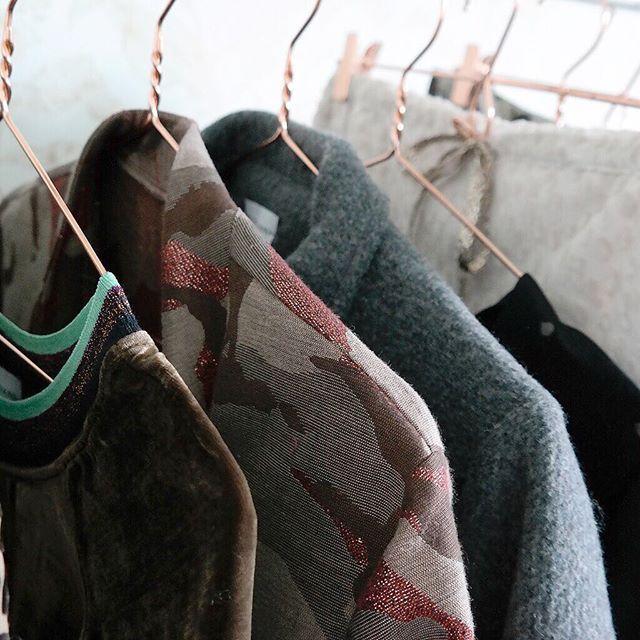 #DRESSING #MOODBOARD 🍂 Retrouvez notre dressing d'automne sur Fionavani.fr !  Du vert émeraude, des coloris châtaigne ou encore crème et sans oublier le rose !, vivez l'automne en nuances 😉 ... #Fionavani #fashion #frenchbrand #brandnew #collection #fall #lookbook #fw #newin #premium #womenswear #womenstyle #eshop #shopping #outfit #ootd #chesnut #camo #emerald #colorpalette #fashiondesigner #style #mood #kimono #jacket #fashionweek