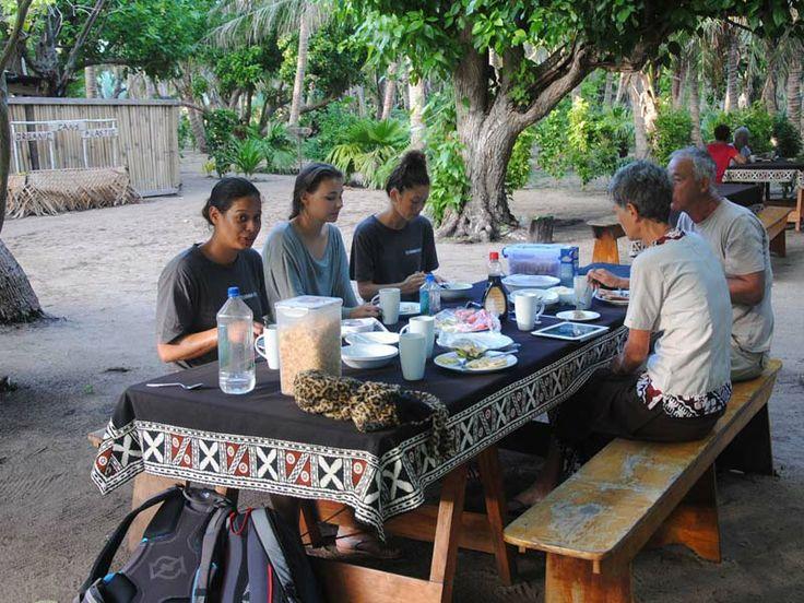 Vinaka Fiji volunteers grab a bite and compare notes. At Barefoot Lodge, Fiji