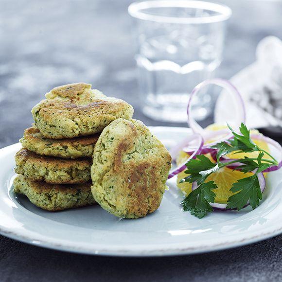 Recept på Kikärtsbiffar med apelsinsallad och vitlökssås från - Hemmets Journal