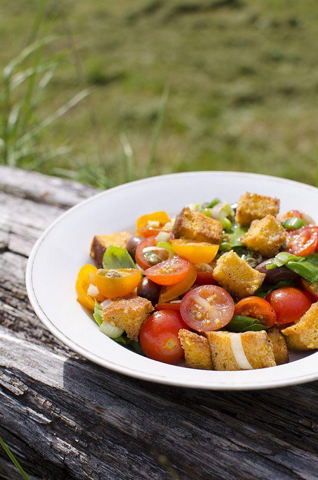Perunabluussia: Aurinkoinen panzanella-salaatti