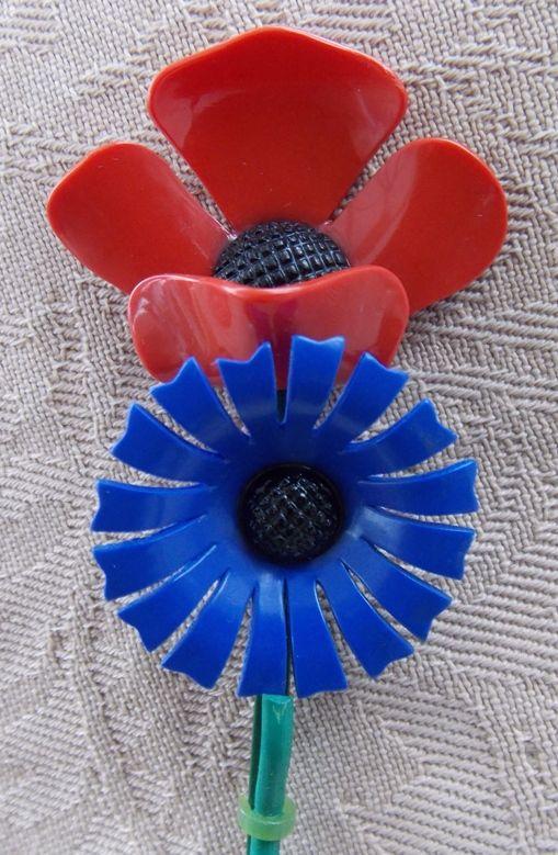 Poppy and Cornflower : Le Coquelicot rouge et Le Bleuet de France. Vintage American Lapel Pin (Plastic). Courtesy/© of Heather Anne Johnson.