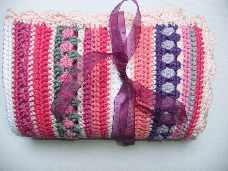 Beschrijving hoe je dit roze babydekentje haakt, welke kleuren en welke steken zijn gebruikt? Haak dit lieve dekentje