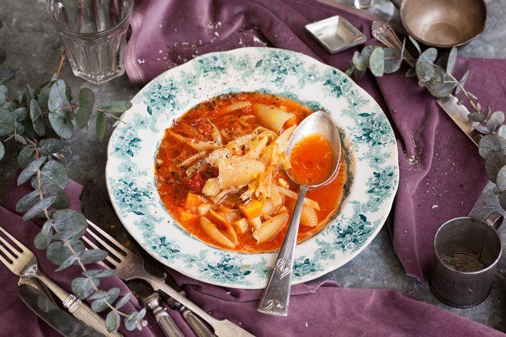 En soppa går i princip alltid att svänga ihop även om kylen gapar tom. Släng i en näve pasta, lite tomatkross och de grönsaker som finns, så får du en finfin minestronesoppa! Är pastan slut, så ta lite bulgur eller quinoa istället, det går lika bra.