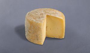 Queso Campoo-Los Valles TIPO DE QUESO Es un queso de coagulación mixta muy poco ácida y muy enzimática, desuerado suave y lento y prensado por volteos (Autoprensado). Por tanto es de pasta blanda. Salado en el mismo molde espolvoreando sal granulada. Madurado (Tierno-Semicurado), en ambiente húmedo por lo que se enmohece ligeramente. Elaborado con leche cruda del ganado vaca, oveja, cabra y sus mezclas, según disponibilidad.