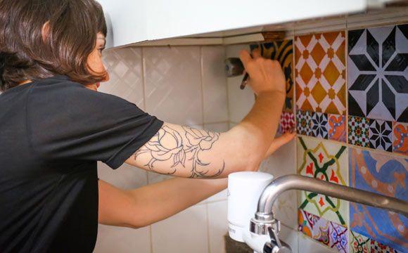 Entre as dicas está o simpático adesivo de azulejo hidráulico que muda a cara da sua cozinha de forma rápida e barata (Foto: Rafael Munhoz)