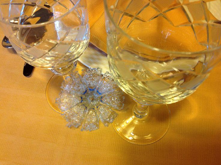 DIY Per una tavola elegante e luminosa: segnaposto come di cristallo. Lavorazione bottiglie di plastica, con candela, prodotto effetto vetro e cristallini.