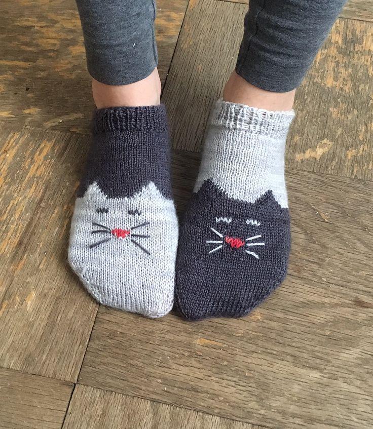 DIY: knit kitty ankle socks #FreePattern #Cat