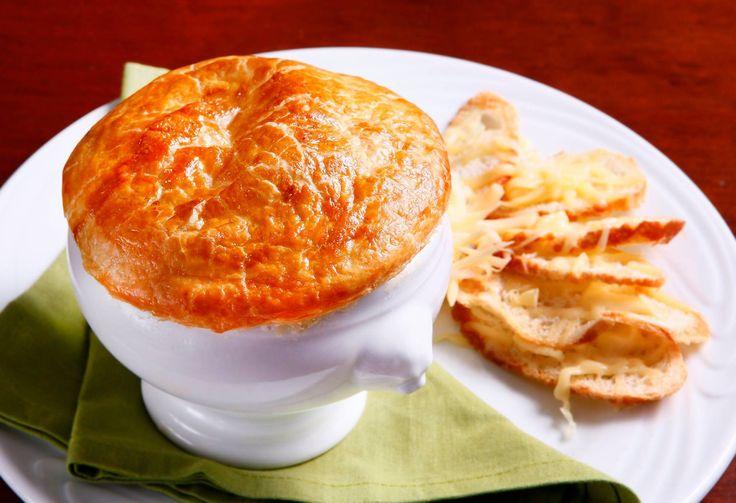 Aprenda a fazer uma tradicional sopa de cebola francesa com massa folhada