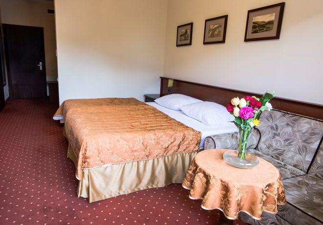 Im więcej odpoczywasz, tym dłużej żyjesz – mawiał J.R.R. Tolkien. Nasze przestronne pokoje zaopatrzyliśmy więc w wygodne łóżka, dzięki którym można odpocząć po górskich wędrówkach tam i z powrotem ;)  #muszyna #hotelklimek #pokoje #odpoczynek #sen