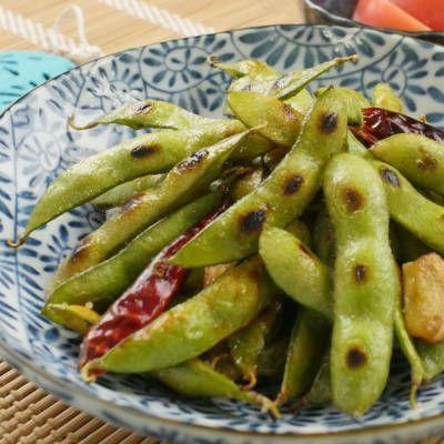 「焼き枝豆のペペロンチーノ」のレシピと作り方を動画でご紹介します。新鮮な生の枝豆をフライパンでじっくり焼くだけの簡単おつまみです♪にんにくの香りと唐辛子の辛さがクセになるおいしさで、手が止まらなくなること間違いなし!
