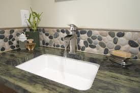 river rock bathroom - Buscar con Google