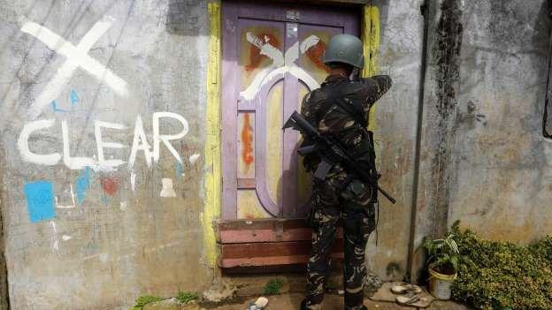 Una serie de fotografías de Jorge Silva nos trasladan a la batalla por la ciudad de Marawi (en el sur de Mindanao) entre el Ejército filipino y una filial del Estado Islámico. Un efectivo de la Pol…