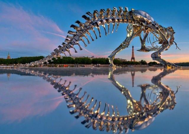Un dinosaure chromé à Paris.
