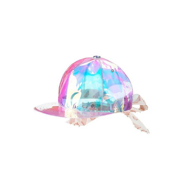 Nick bow est une casquette, proposée ici dans sa version en pvc irridescent aux reflets roses et bleus avec un nœud en tissu blanc à motifs brodés orangés.