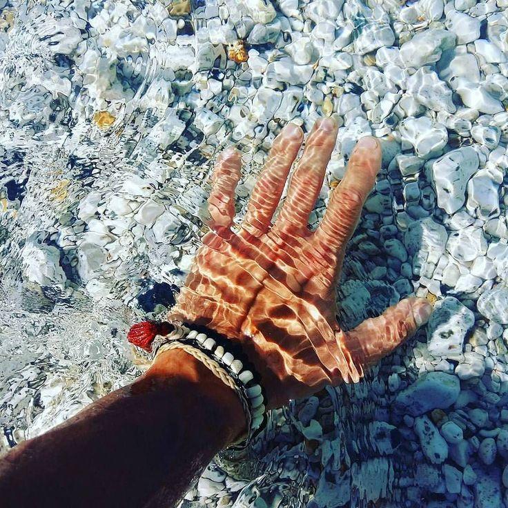 Iniziamo questo lunedì con l'acqua trasparente della spiaggia di #sansone  a #portoferraio nello scatto di @giurgi_comi. Continuate a taggare le vostre foto con #isoladelbaapp il tag delle vostre vacanze all'#isoladelba. http://ift.tt/1NHxzN3