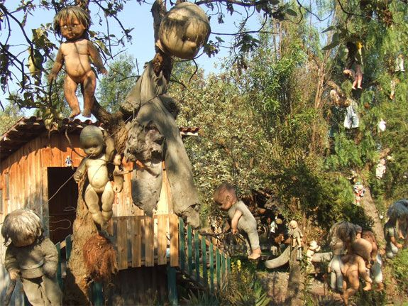 La Isla de las Munecas ('Island of the Dolls'), Mexico City. http://travel.spotcoolstuff.com/haunted-creepy-places/mexico/island-of-dolls