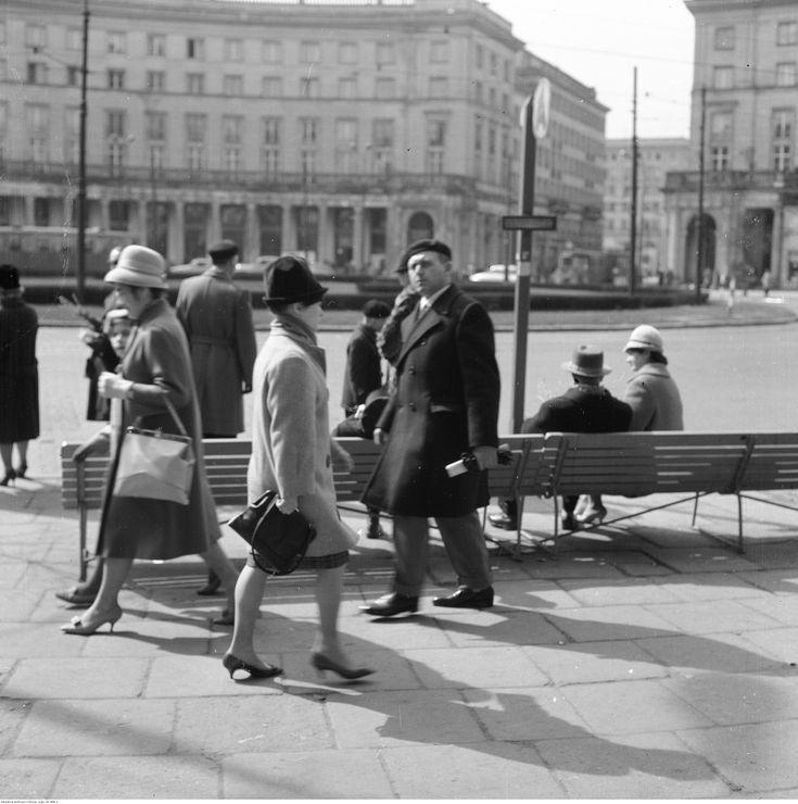 Plac Zbawiciela w Warszawie Widok w kierunku ul. Nowowiejskiej. Na pierwszym planie widoczni przechodnie oraz przystanek autobusowy. lata 1960 - 1966 fot. Zbyszko Siemaszko