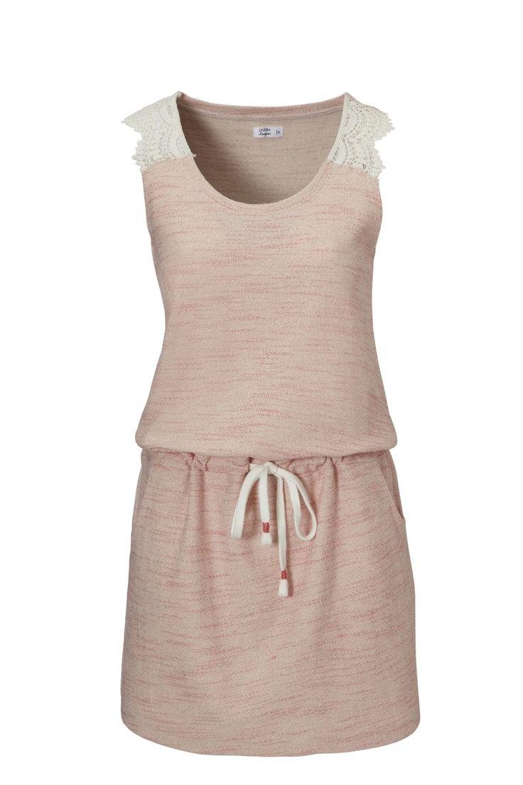 Zomers sweat jurkje van Livera in een modieus breisel. Ideaal om thuis in te relaxen op een zomerse dag of om lekker naar het strand aan te doen over je bikini. Het jurkje heeft prachtige details zoals een kanten inzet op de schouder. Het aantrekkoord in de taille en de steekzakken geven deze jurk een speels uiterlijk.