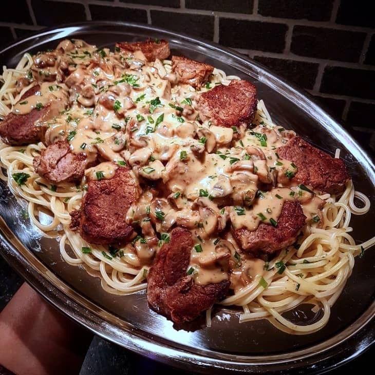 Pasta går hem i alla åldrar. Här en krämig champinjonsås med stekt fläskfilé. Såsen hälls över filén och den nykokta pastan.