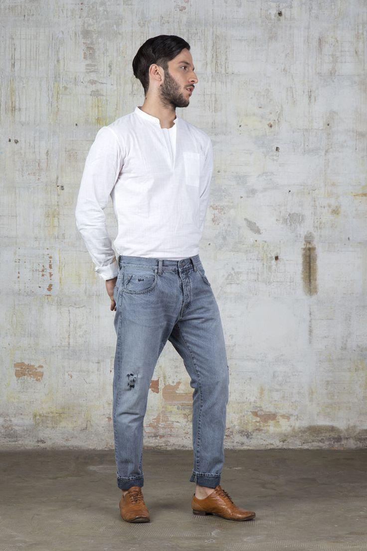 Il pantalone F0216 è un jeans slouchy cropped 5 tasche con risvolto in denim black fisso, presentato nel lavaggio vintage chiaro e trattato con microrottur